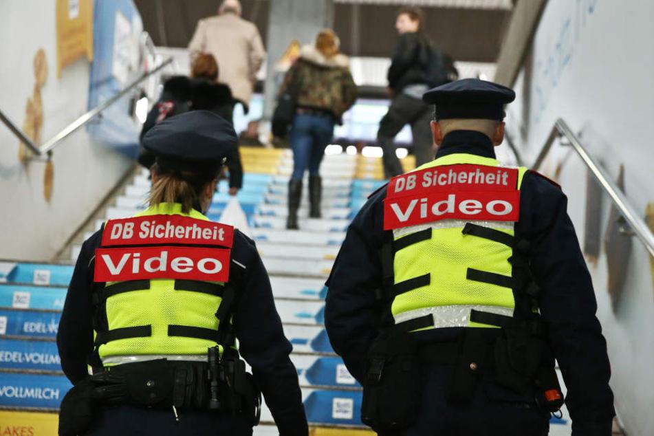 Sicherheitsleute der Deutschen Bahn gehen mit Bodycams durch den Hauptbahnhof.