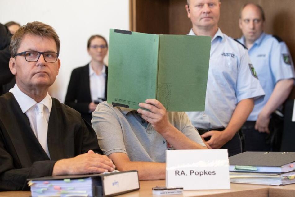 Der Angeklagte Heiko V. wollte vor Gericht seine Gesicht nicht zeigen.