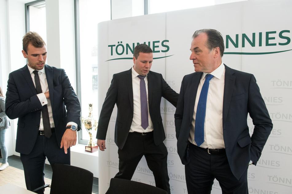 Maximilian, Robert und Clemens Tönnies (von links nach rechts) kommen zu einer Pressekonferenz in der Firmenzentrale der Tönnies-Unternehmensgruppe.