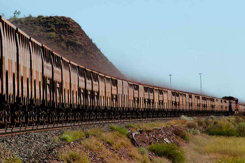 In Australien ist ein Güterzug des australisch-britischen Bergbaukonzerns BHP Billiton absichtlich zum Entgleisen gebracht worden. (Symbolbild)