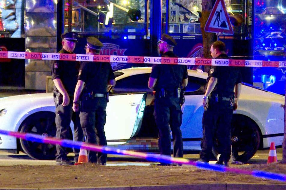 Polizisten sichern nach der Tat das Auto.
