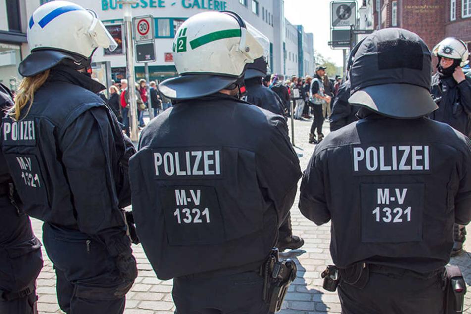 Polizisten bei einer Demonstration in der Innenstadt von Schwerin (Mecklenburg-Vorpommern).