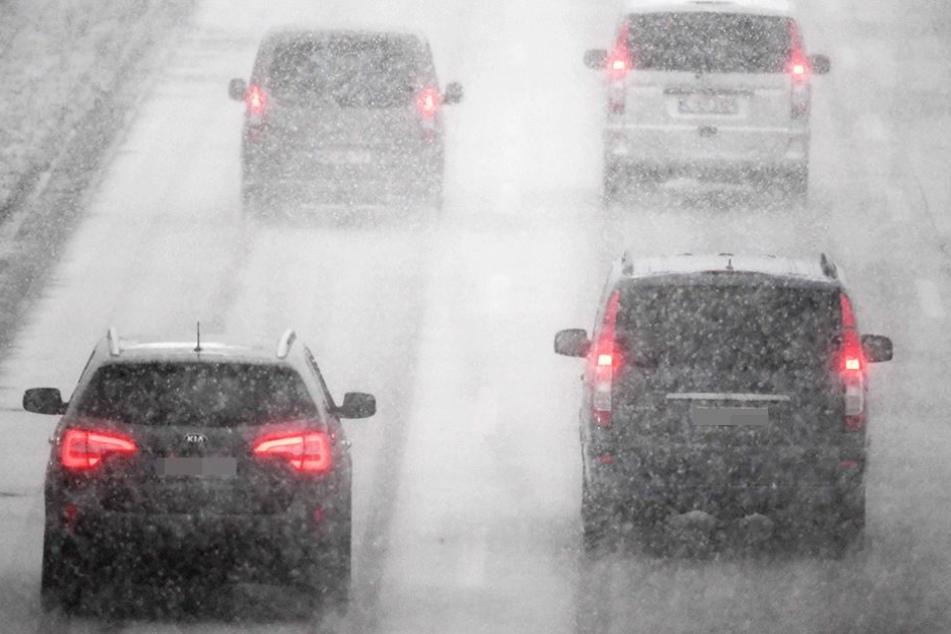Dichtes Schneegestöber sorgte auf Berlins Straßen für Behinderungen und viele Unfälle.