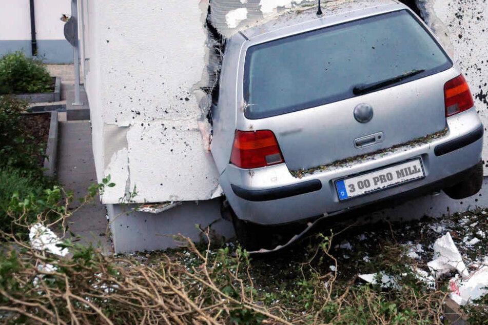 """""""Volle"""" Fahrt voraus... Eine 51-Jährige rauschte in eine Wand im bayrischen Rödental."""