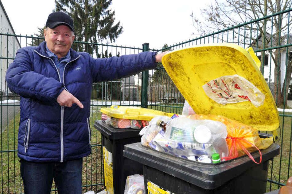 """""""Vier Wochen sind zu viel"""": Uwe Günther (75) aus Reichenbrand zeigt auf die überquellende gelbe Tonne."""