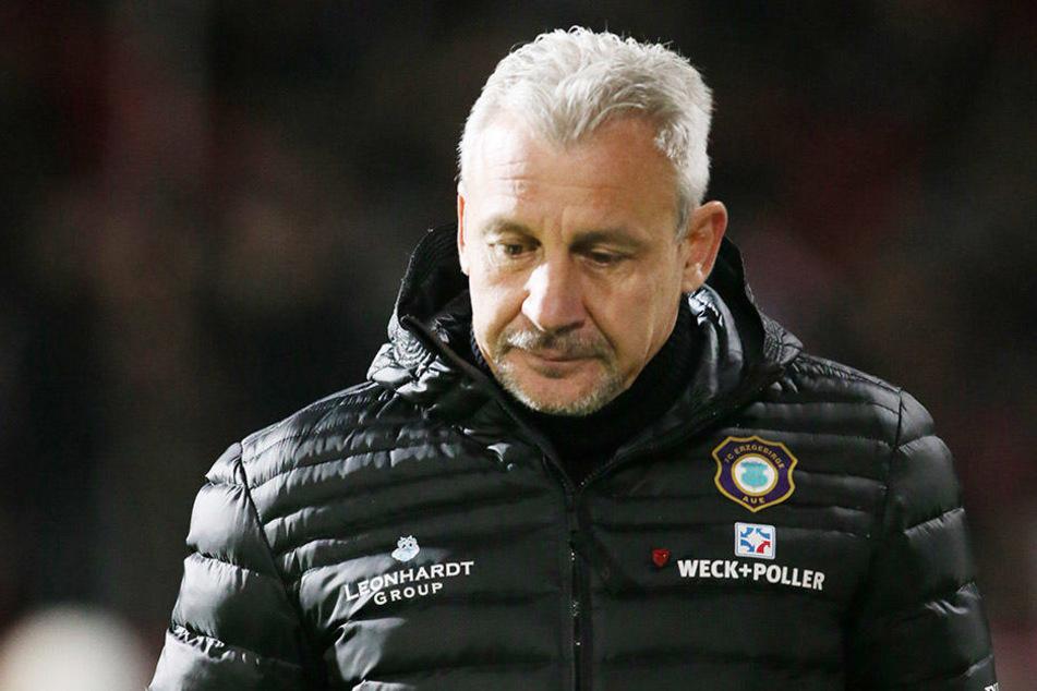 Der Blick ging nach unten: Pavel Dotchev macht derzeit seine bislang schwierigste Phase als Trainer des FC Erzgebirge durch.