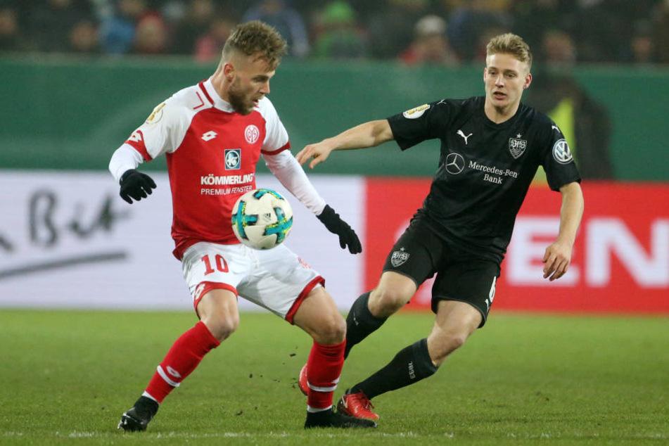 Der Mainzer Alexandru Maxim (l) und Stuttgarts Santiago Ascacibar kämpfen um den Ball.