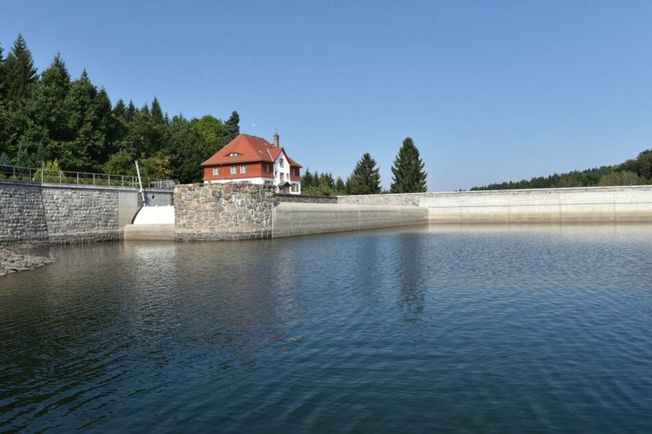 Die Talsperre Lehnmühle hat ihr Wasser an die Talsperre Klingenberg  abgegeben. Die Dresdner haben so genug Trinkwasser.