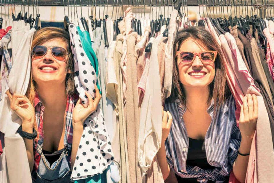 Frauen im Klamottenrausch: Beim Mädchen-Flohmarkt besteht Suchtgefahr.
