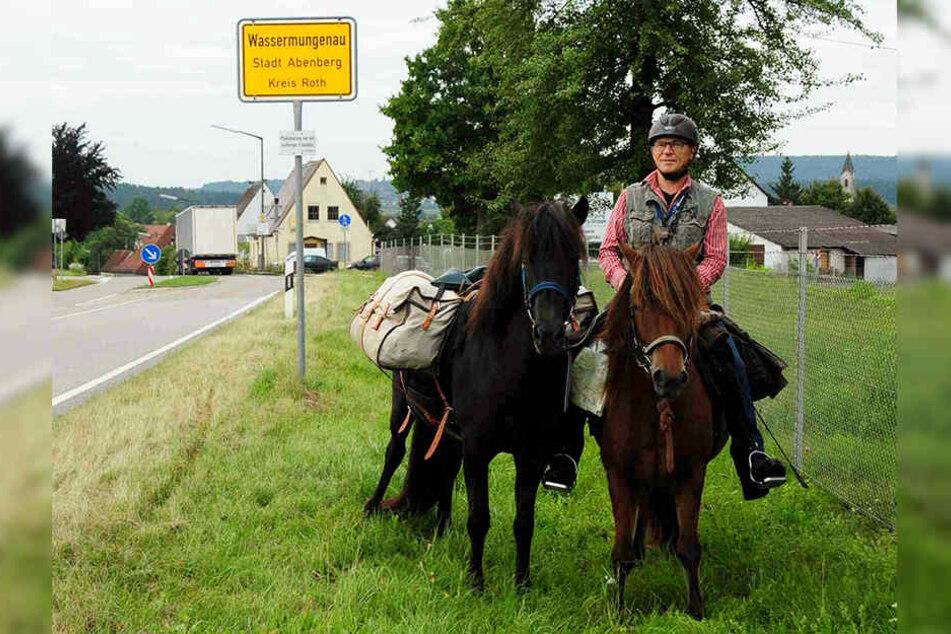 Opa reitet 550 Kilometer, um Enkel von der Schule abzuholen