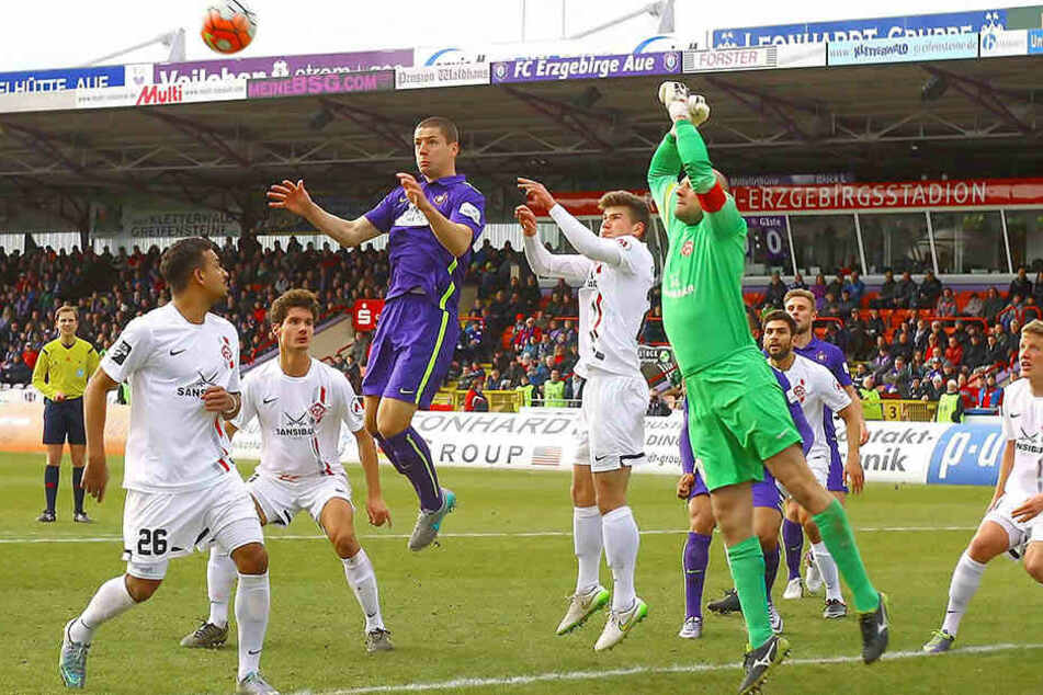 Beim ersten Heimspiel gegen Würzburg im Februar 2016 gab's ein tüchtiges Gegurke, echte Strafraumszenen wie diese waren Mangelware.