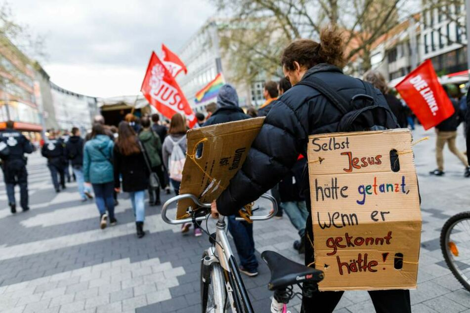 Die Teilnehmer einer Demonstration gegen das Karfreitags-Tanzverbot gehen 2017 durch die Innenstadt von Hannover. Die Jugendorganisationen von SPD, Grünen und FDP hatten zu der Demonstration aufgerufen.