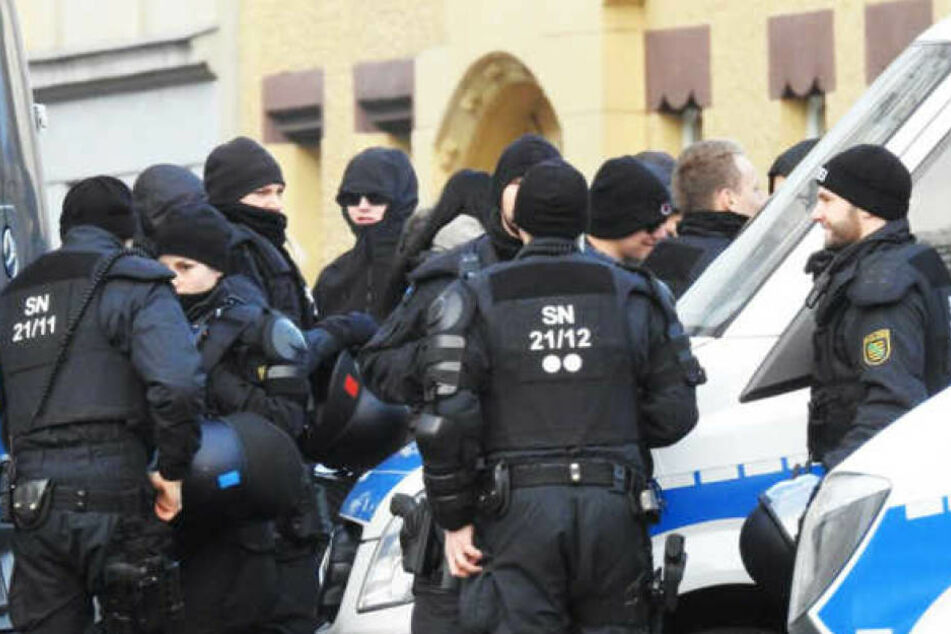 Polizeieinsatz bei einer Demonstration in Wurzen: Auch darüber hinaus ist die Polizei  nach eigenen Angaben rund um die Uhr in der Stadt erreichbar.