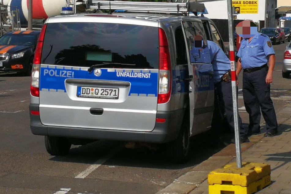 Polizisten laden nach dem tödlichen Unfall das demolierte Fahrrad des 53-Jährigen ins Auto.