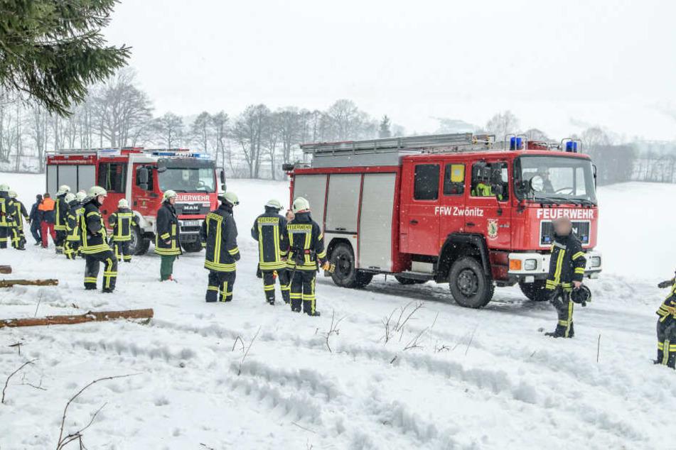 Neben Rettungsdienst, Notarzt und Polizei, wurden auch die Freiwilligen Feuerwehren aus Hormersdorf, Dorfchemnitz und Zwönitz sowie der diensthabende Kreisbrandmeister zur Unfallstelle alarmiert.