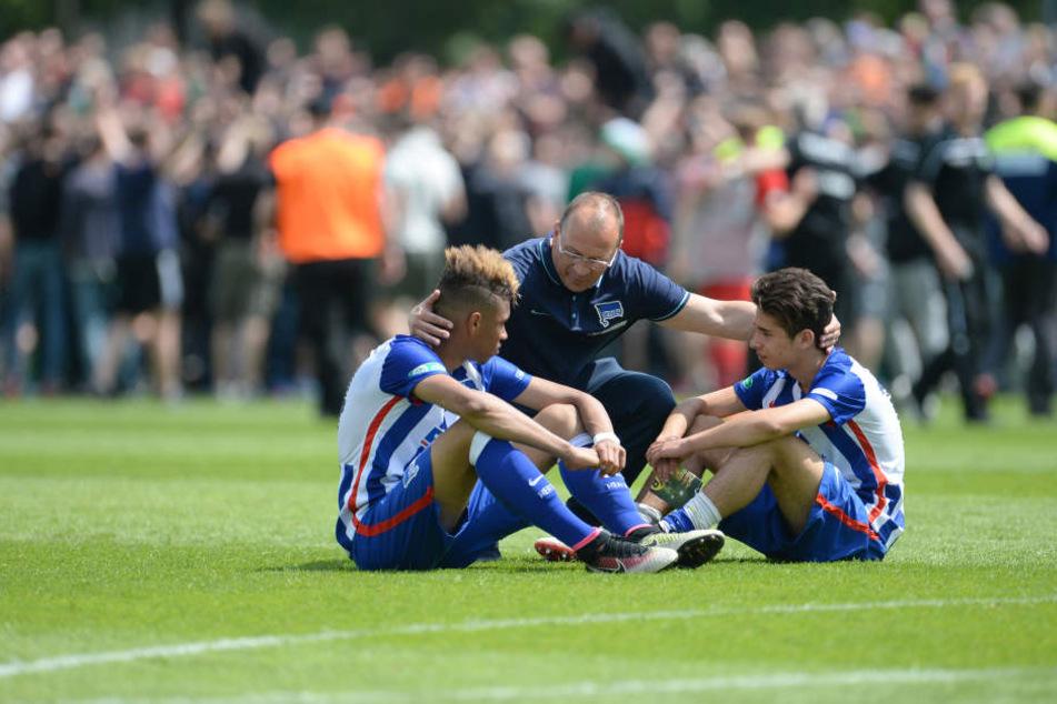 Herthas Nachwuchs am Boden? Nach der Jugend-DFB-Pokal-Finalniederlage 2016 werden Sidney Friede (li.) und Maurice Covic (re.) von Trainer Andreas Thom getröstet.
