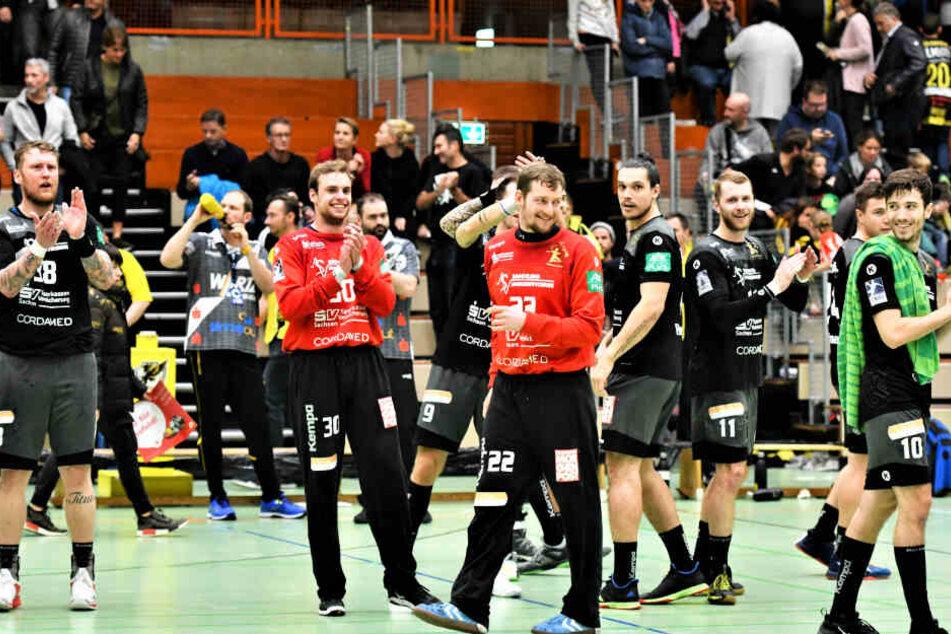 Der HC Elbflorenz feiert seinen Sieg bei Schlusslicht Krefeld, vorn mit der Nummer 22 Keeper Mario Huhnstock.