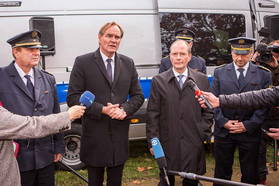 Worte, denen bisher keine Taten folgten: Am 2. November 2017 verkündeten OB Burkhard Jung (SPD, li.) und der damalige Innenminister Markus Ulbig (CDU) die Einrichtung einer Waffenverbotszone auf dem Leipziger Eisenbahnstraßen-Kiez.