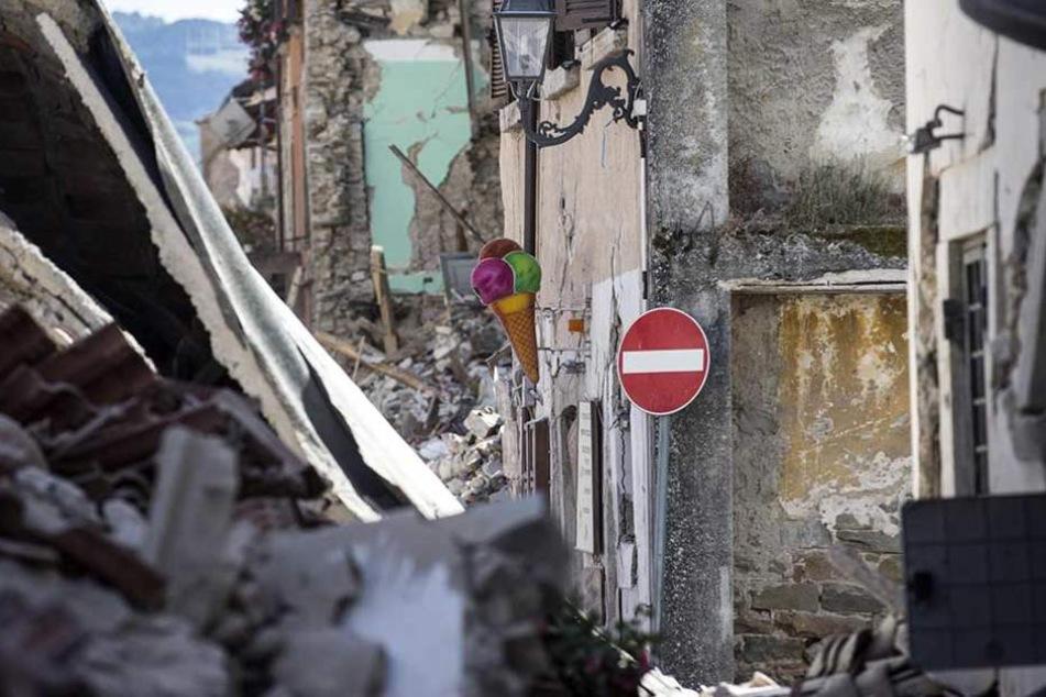 """""""Die Hälfte des Ortes gibt es nicht mehr"""", so der Bürgermeister von Amatrice im italienischen Fernsehen."""