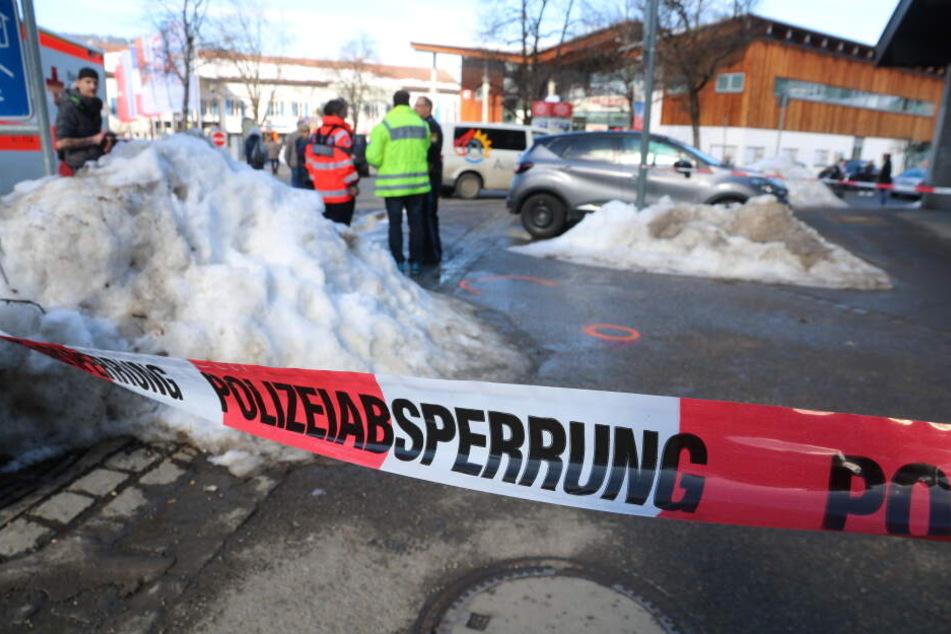 Mann beschleunigt und fährt in Menschengruppe: Drei Verletzte