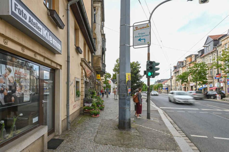"""Auf der Bautzner Landstraße am Parkhotel: Links blitzt das """"Foto Atelier Klemm"""", rechts verkauft Foto Wolf """"Blitzer""""."""