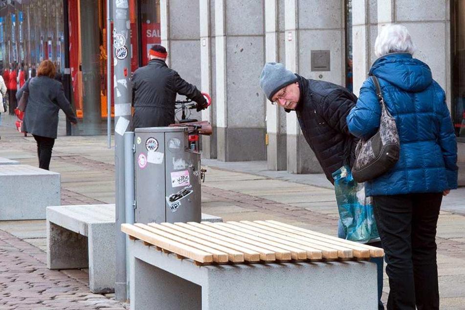 Frisches Holz auf altem Beton: Die Stadt stellt nach dem Winterschlaf wieder Bänke auf dem Markt auf.
