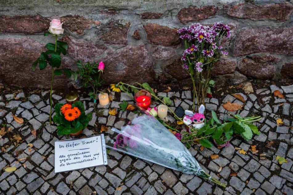 Hallenser gedenken den Opfern der Bluttat.