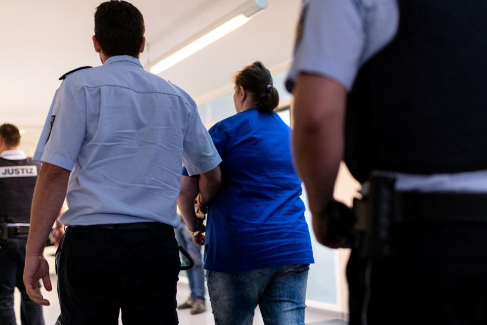 Nach dem Urteil: Die Mutter wird aus dem Gerichtssaal gebracht.