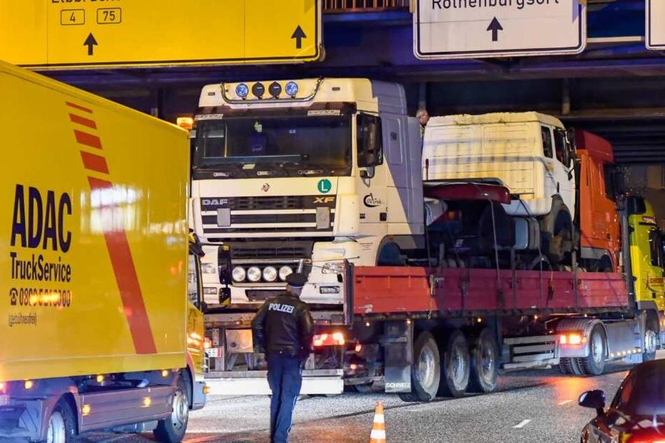 Lastwagen bleibt gleich zweimal unter Brücke hängen, Fahrer will fliehen