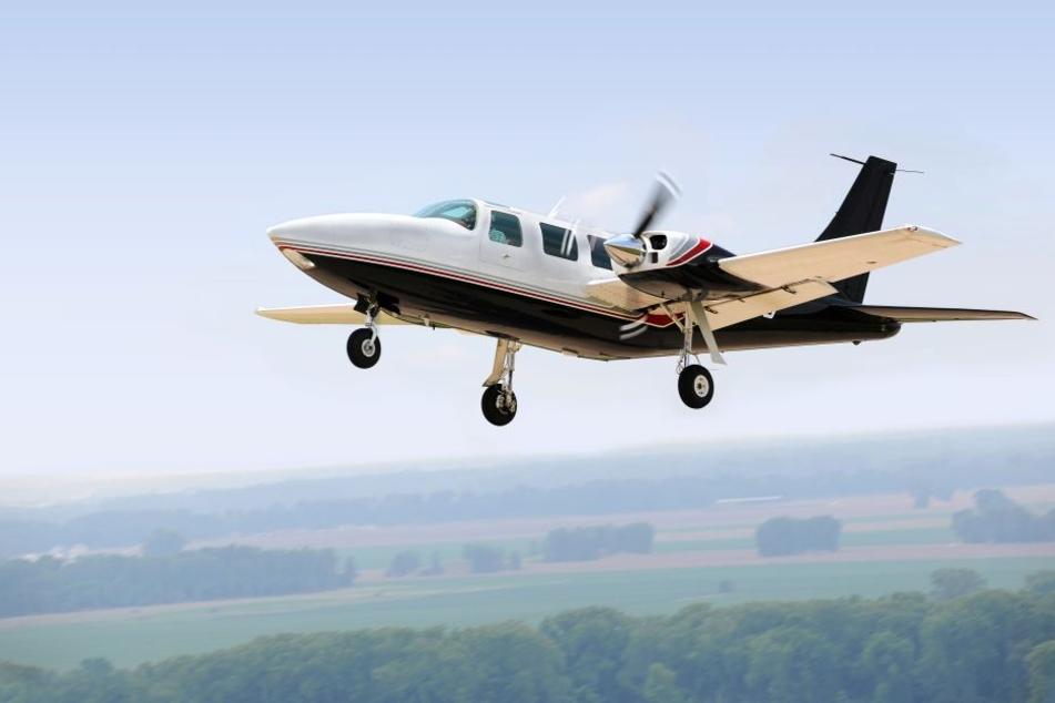 Flugzeug stürzt in Wald und geht in Flammen auf: Mehrere Tote