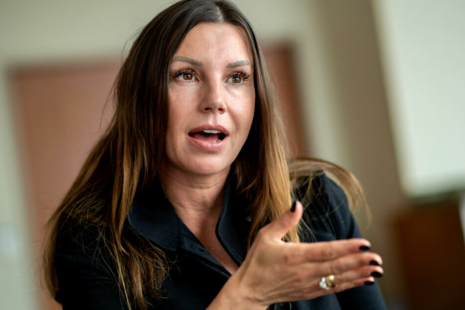 Die Witwe des 2009 durch Suizid Verstorbenen Robert Enke. Ihre Robert-Enke-Stiftung half in den letzten Jahren viel, dass das Thema Depressionen kein Tabu-Thema mehr war.