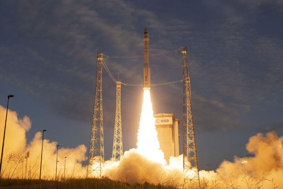 Eine Vega-Trägerrakete wird vom europäischen Weltraum-Bahnhof Kourou aus ins Weltall geschossen.