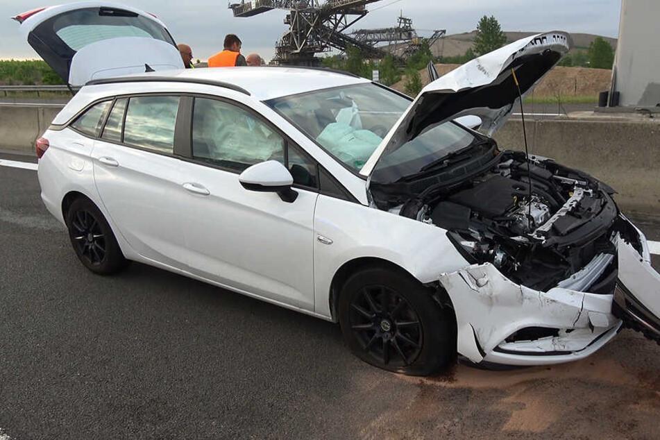 Unfall auf der A38: Unfallopfer muss aus Auto geschnitten werden