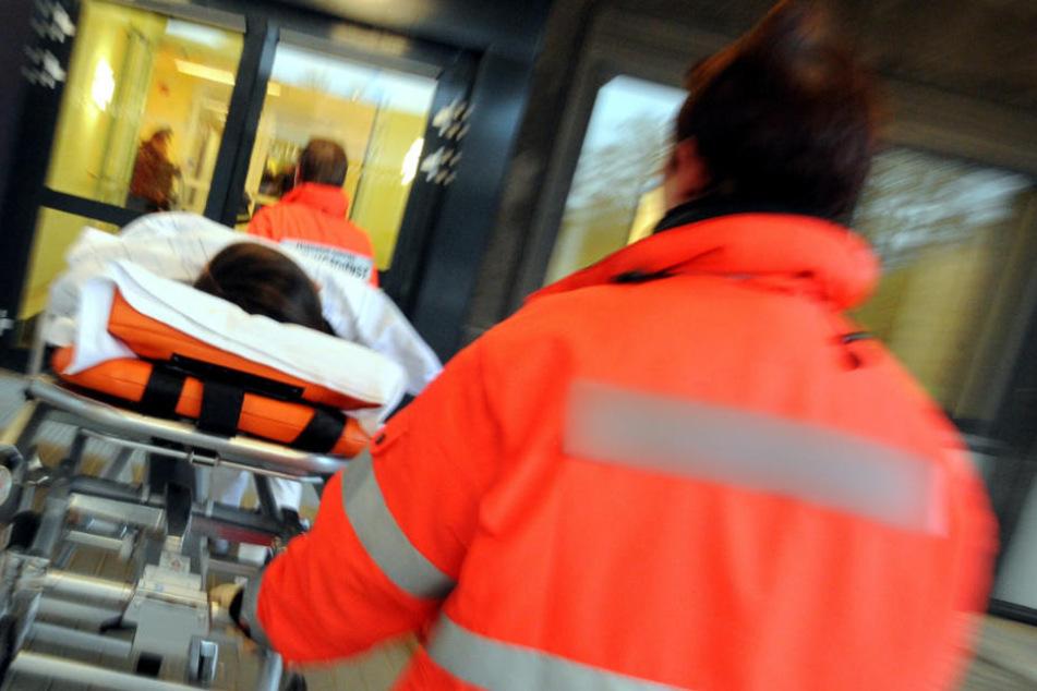 Mit einem Rettungshubschrauber wurde der Mann in die Klinik transportiert (Symbolfoto).