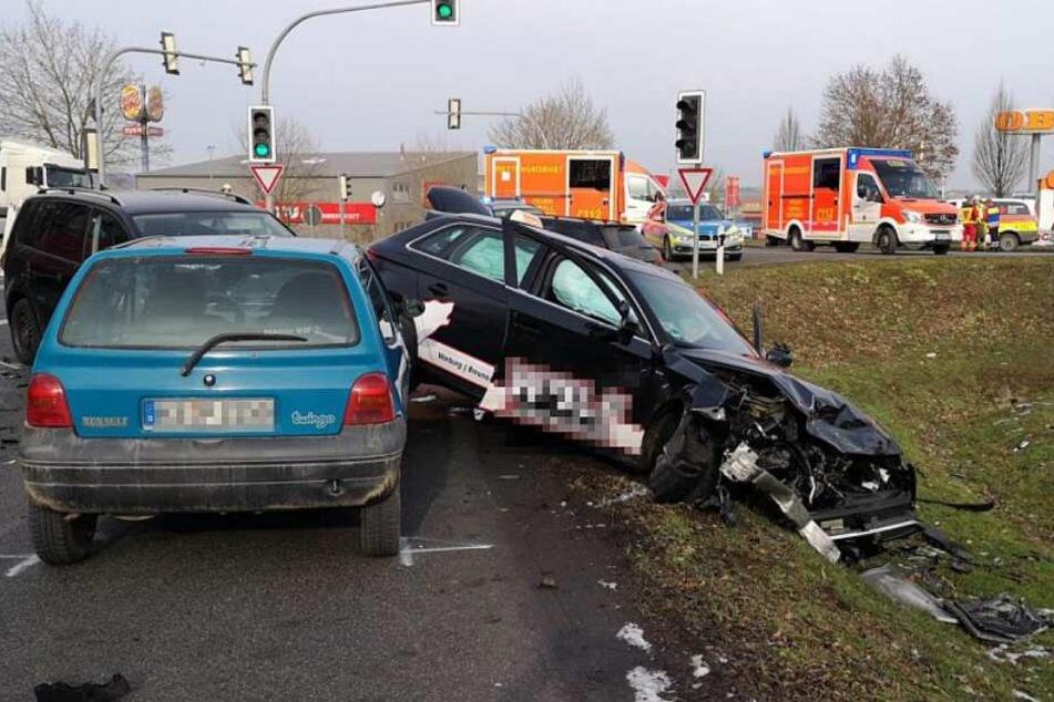 Der Unfallfahrer krachte in vier Fahrzeuge, die grade an der Ampel warteten.