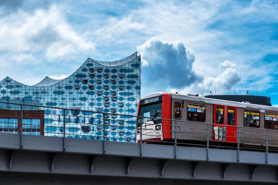 Ein Zug der U-Bahn-Linie U3 fährt an der Elbphilharmonie vorbei.