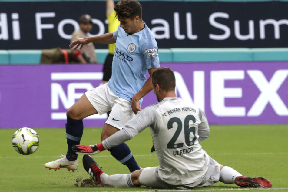 Torwart Sven Ulreich (r) vom FC Bayern München gegen Brahim Diaz von Manchester City in Aktion.
