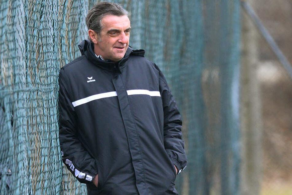 Dynamo-Sportdirektor Ralf Minge beobachtet. Auch den Zwickauer Patrick Göbel?