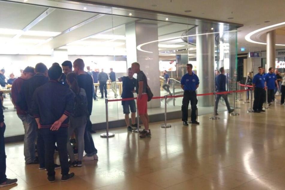 Vor dem Apple-Store lief alles ganz koordiniert.