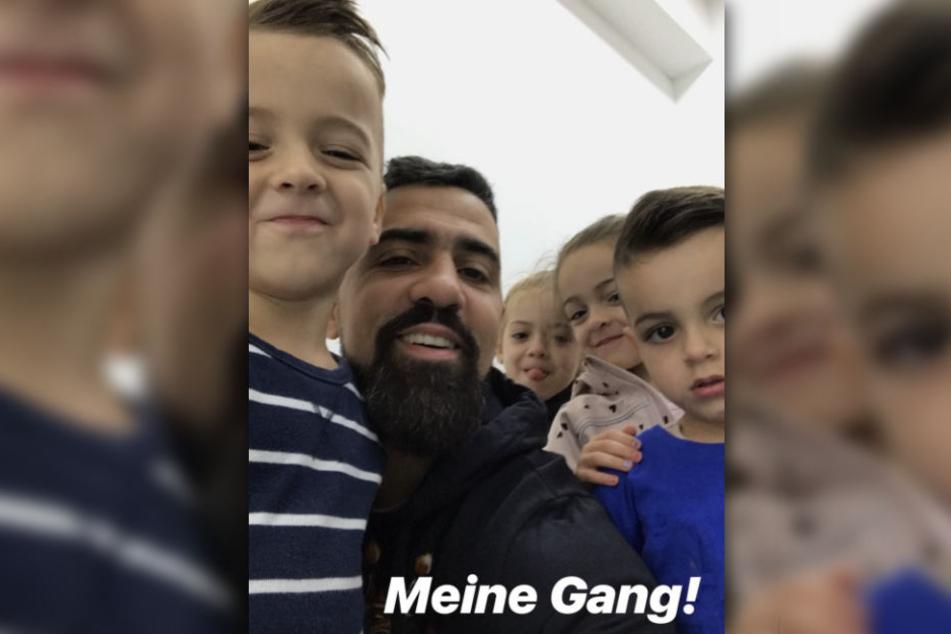 Der Rapper fotografiert sich zusammen mit seinen vier Kindern.