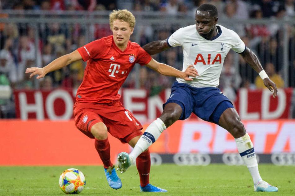Fiete Arp vom FC Bayern München (l) und Moussa Sissoko kämpfen um den Ball.