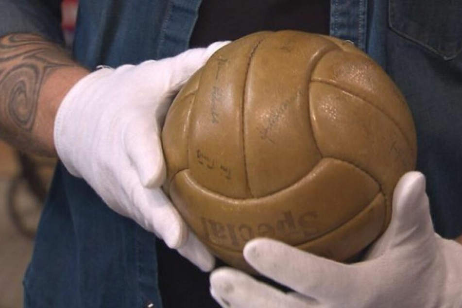 Der Lederball aus dem Jahr 1954.