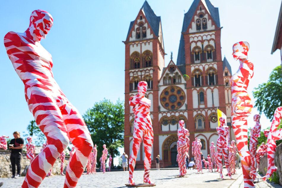 Kunstinstallation in Limburg: Rund 100 Schaufensterpuppen stehen vor dem Dom.
