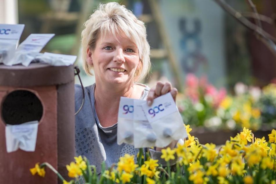 Freut sich über die neueste Zwickauer Marketing-Aktion zum Stadtjubiläum: Mandy Watzek (46) mit den in Tüten verpackten Blumensaat-Bällchen.