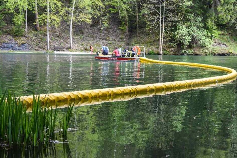 Die Feuerwehr verlegte eine Sperre, damit sich das Öl nicht weiter ausbreitet.