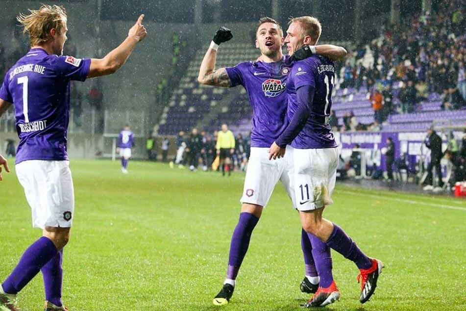 Pascal Testroet (mi.) wusste, wo er sich für seinen fünften Saisontreffer zu bedanken hatte: Florian Krüger hatte ihm den Ball aufgelegt.