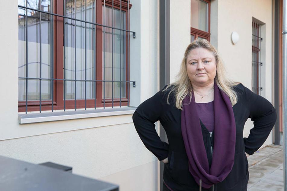 Antje Hermenau (52) vor ihren vergitterten Fenstern. Im Sommer war hier noch ein  Dieb eingestiegen.
