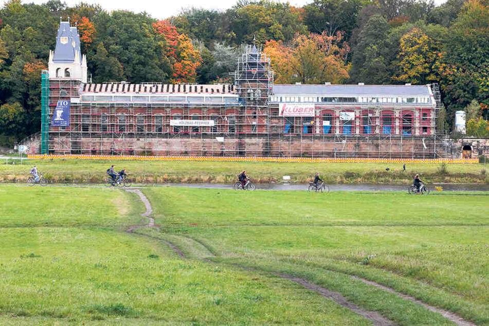Im ehemaligen Wasserwerk Saloppe  entstehen Wohnungen. Auch hier wird gerade das Dach gedeckt.