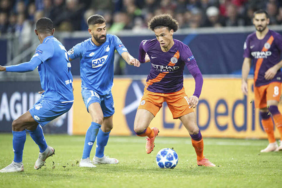 Szene aus dem Hinspiel zwischen Hoffenheim und ManCity: Leroy Sane (r.) zieht mit dem Ball am Fuß an Kerem Demirbay vorbei. Die Engländer gewannen in Sinsheim mit 2:1.