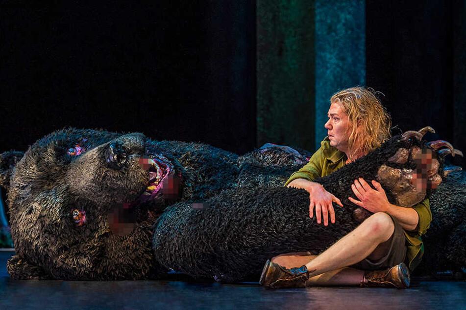 Schon als Jugendlicher besitzt Siegfried unglaubliche Kräfte und erlegt bei der Jagd sogar Bären.